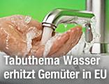Wasser läuft von einem Wasserhahn über eine Hand