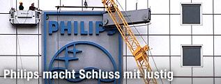 Montage eines riesigen Philips-Logos