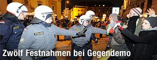 Polizisten treffen auf Demonstranten