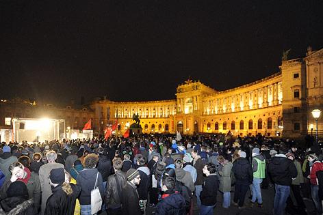 Demontranten vor der Hofburg