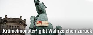 Ein goldener Leibniz-Keks hängt in Hannover an dem Niedersachsenpferd