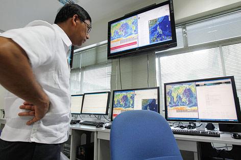 Der philippinische Direktor des Institutes für Vulkanologie und Seismologie Renato Solidum betrachtet in der Nähe von Manila mehrere Bildschirme