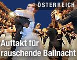 Debütantinnen und Debütanten tanzen am Wiener Opernball