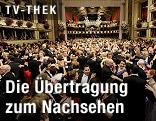 Besucher des Wiener Opernballs beim Tanzen