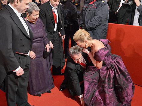 Bundespräsident Heinz Fischer richtet das Kleid von Ballorganisatorin Desiree Treichl-Stürgkh