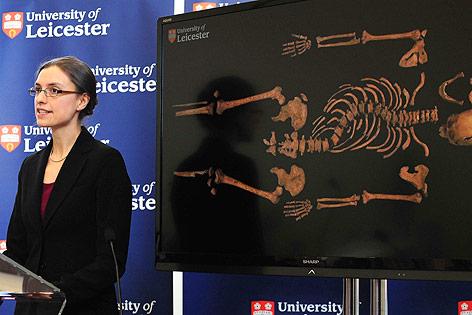 Ausgrabungsleiterin Jo Appleby mit einem Skelett-Plakat