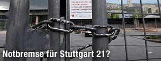 Zaun mit Schloss am Baustellengelände von Stuttgart 21