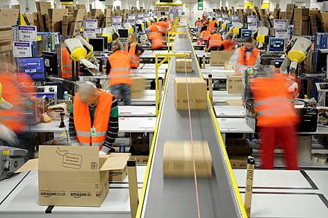 Fließbandarbeiter bei Amazon