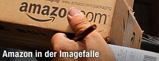 Amazon-Mitarbeiter hält ein Paket in den Händen