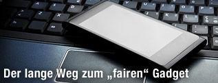 Smartphone liegt auf einem Laptop