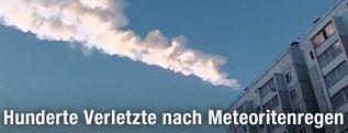 Große Wolke eines Meteoriten über einem Gebäude