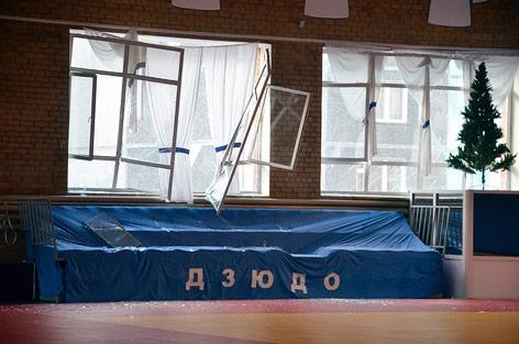Zerstörte Fenster in einer Schule