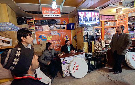 Afghanen verfolgen in Kabul via TV Obamas Rede an die Nation