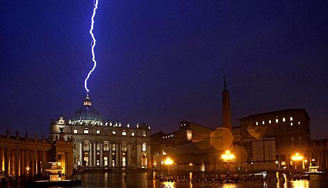 Blitz über Petersdom