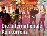 Mitglieder der Schweizer Heilsarmmee performen auf der Bühne