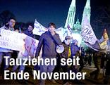 Demonstrierende Asylansuchende vor der Votivkirche
