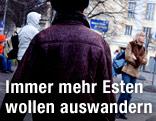 Menschen auf einer Straße in Tallinn, Estland