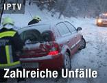 Feuerwehr und ein im Schnee stecken gebliebenes Auto