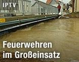 Hochwasser führender Fluss unter einer Brücke