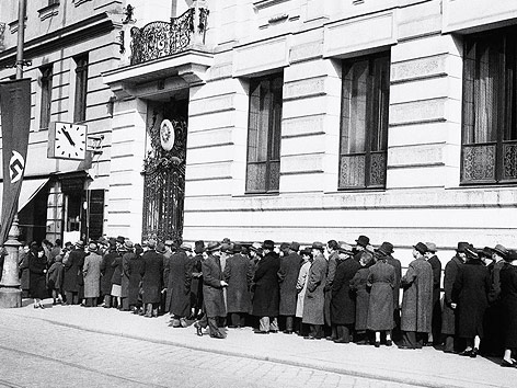 Jüdische Bürger stehen im März 1938 vor dem polnischen Konsulat Schlange