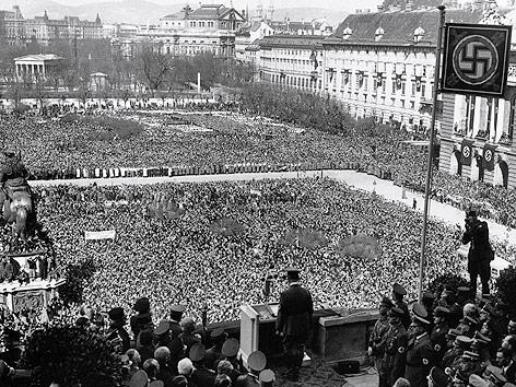 Adolf Hitler vor Menschenmassen am Wiener Heldenplatz