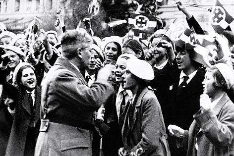 Kanzler Kurt Schuschnigg 1938 mit Anhängern