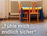 Ein Kindertisch mit zwei Stühlen steht in der Beratungsstelle für das Frauenhaus
