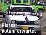 """Auto mit britischen Flaggen und der Aufschrift """"We're british and proud"""""""