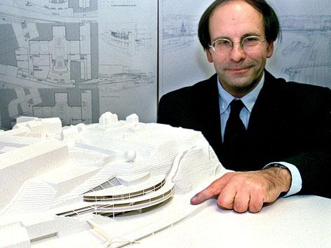 Architekt Otto Häuselmayer mit ursprünglichem Siegermodell