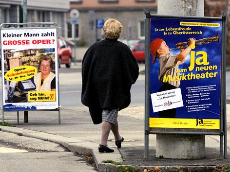 Plakate zur Abstimmung über das Volkstheater