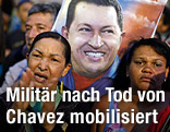 Frau steht zwischen  venezolanischen Militärs
