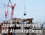 Kran und Baustelle des AKW Fukushima