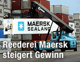 Reach-Stacker mit Maersk-Containern