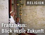 Papst Franziskus I. steht auf dem Balkon