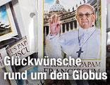 Karten mit Foto des neuen Papstes