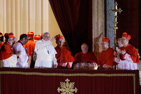 Papst Franziskus I. winkt vom Balkon aus