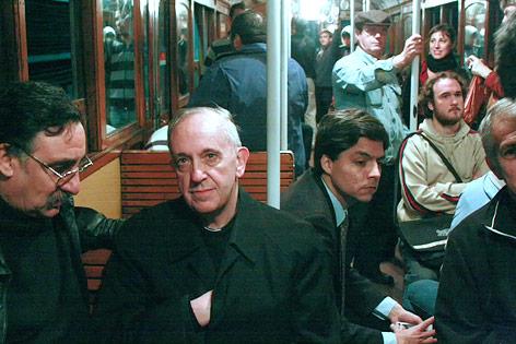 Jorge Mario Bergoglio sitzt in einer U-Bahn in Buenos Aires