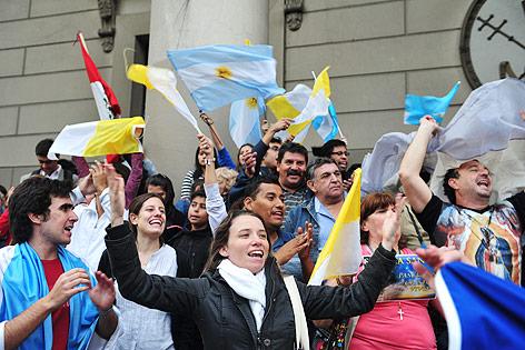 Katholiken mit Vatikan- und Argentinien-Fahnen jubeln in Buenos Aires