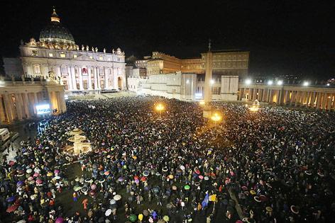 Menschenmenge auf dem Petersplatz