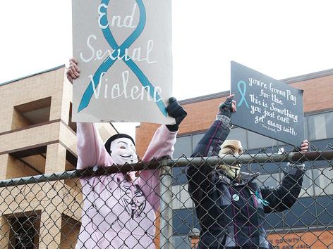 Demonstranten mit von dem Gerichtsgebäude in Steubenville