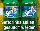Softdrinkflaschen im Supermarktregal
