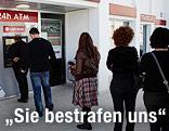 Warteschlange vor Bankomat