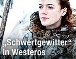 Sophie Turner als Sansa Stark mit Schwert