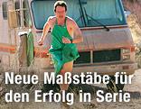 """Bryan Cranston läuft in der Serie """"Breaking Bad"""" nur mit einer Schürze bekleidet vor einem Wohnmobil"""