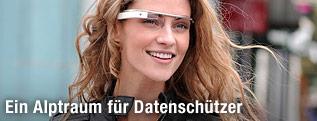 Junge Frau trägt eine Brille von Google