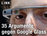 Mann trägt Google Glass Brille