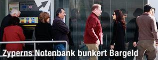 Menschen vor einem Bankomaten in Nikosia