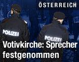 Polizisten nach der Festnahme bei dem Einsatz auf dem Wiener Roosevelt-Platz