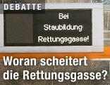 """Überkopfschild mit der Aufschrift """"Bei Staubildung: Rettungsgasse"""""""