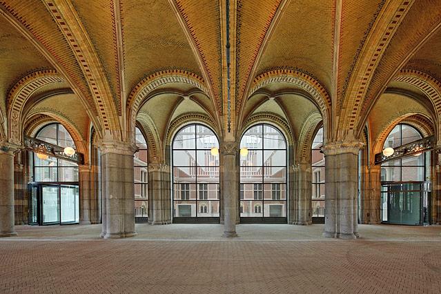 Säulengang im Amsterdamer Reichsmuseum mit Blick auf das Atrium
